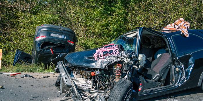 Abgeschlepptes Auto gerät in Gegenverkehr – Entgegenkommer Pkw mit Anhänger überschlägt sich