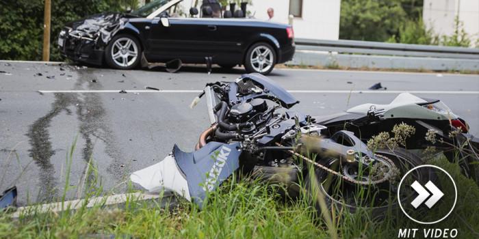 Motorradfahrer kracht auf der B54 frontal in einen Pkw – Schwer verletzt ins Krankenhaus