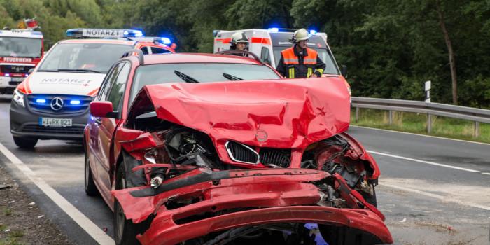 Auffahrunfall auf B260 bei Heimbach – Drei Verletzte und Vollsperrung