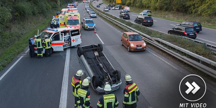 Autos überschlagen sich auf der B455 – Folgeunfall durch Schaulustige