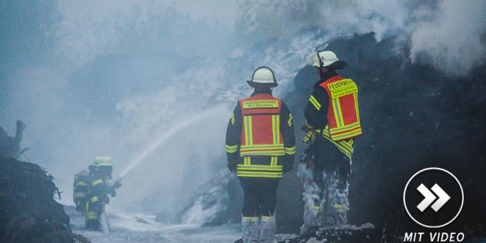 Reifenlager steht in Gernsheim in Flammen – 140 Kräfte im stundenlangen Einsatz