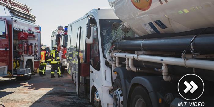 Ende eines Berufsschulausflugs: Kleinbus kollidiert auf der A3 mit Lkw
