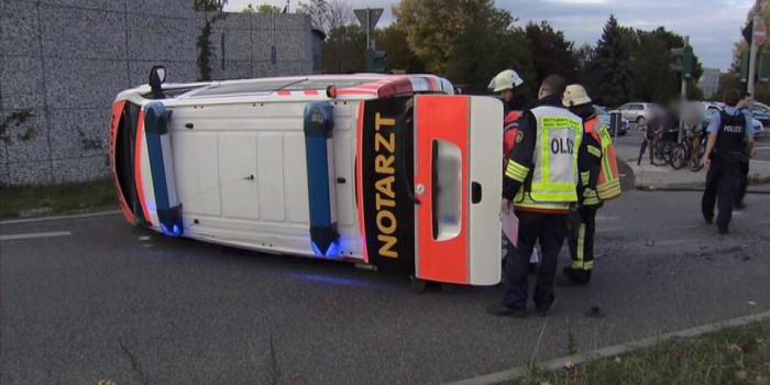 Drei Verletzte bei Zusammenstoß auf Kreuzung – Notarzteinsatzfahrzeug kippt auf die Seite