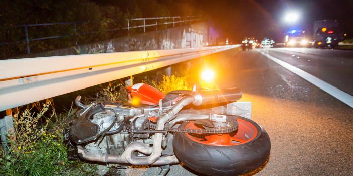 Motorrad fährt auf A66 in BMW – Motorradfahrer bleibt schwerverletzt auf der Autobahn liegen