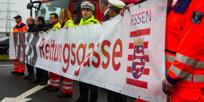 Land Hessen stellt Rettungsgassen-Banner für Autobahnbrücken vor