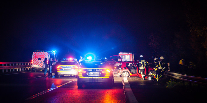 Vier Fahrzeuge krachen auf A66 ineinander – Ersthelfer durch Trümmerteil verletzt