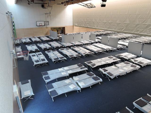 Erste Flüchtlinge im Rheingau-Taunus-Kreis angekommen – Wiesbaden räumt Notunterkünfte in Turnhallen