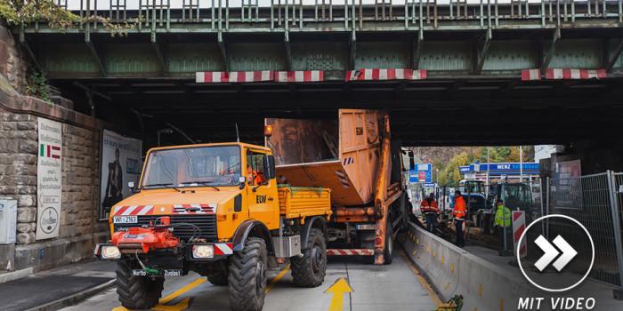 Container-Lkw bleibt an Eisenbahnbrücke hängen