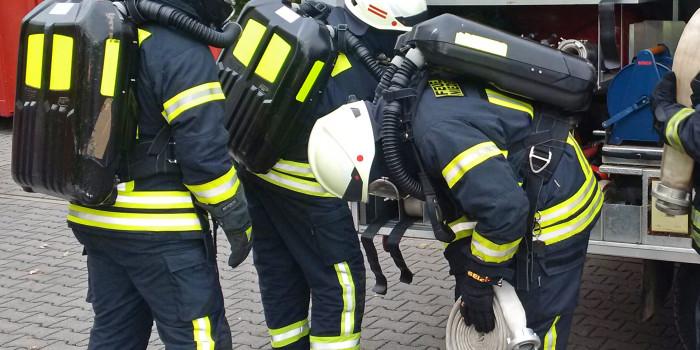 Sauerstoff für vier Stunden im Tunnel: Erster Lehrgang für Langzeitatemschutz im Main-Taunus-Kreis