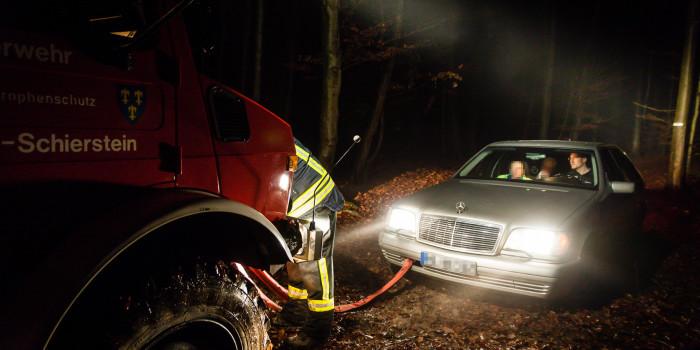 Mit Pkw verirrt und festgefahren: Feuerwehr und Polizei retten Ehepaar aus dem Wald