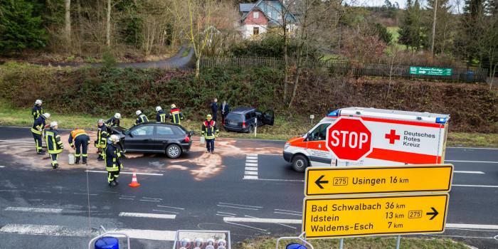 Vorfahrt missachtet: Zwei junge Fahrer teils schwer Verletzt