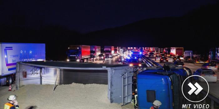 Lkw kippt auf der A3 bei Idstein um – Futtermittel verteilt sich auf der Fahrbahn