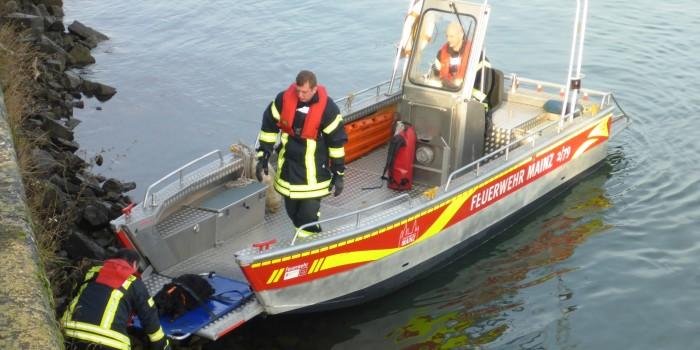 Feuerwehr Mainz rettet abgestürzten Hund aus Rhein