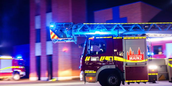 Baustellenfahrzeug unter der Schiersteiner Brücke in Flammen
