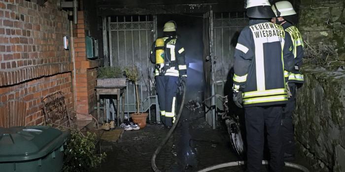 Feuer droht von einem Abstellschuppen auf ein Wohnhaus überzugreifen