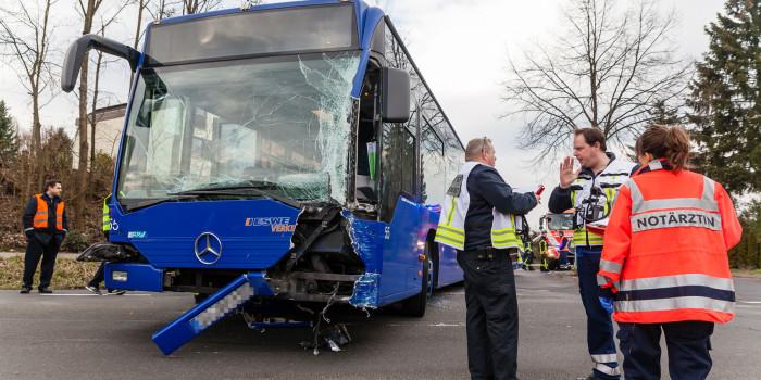 Zwei Busse stoßen auf Kreuzung in Auringen zusammen – 12 betroffene Kinder und Erwachsene