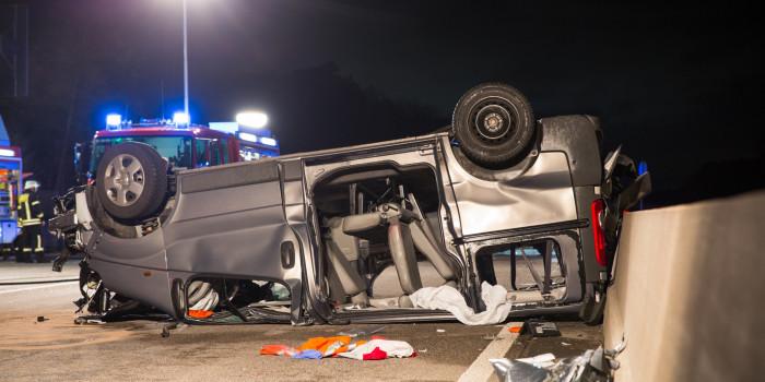 Van mit Sportlern überschlägt sich auf A5 – Fünf Schwerverletzte