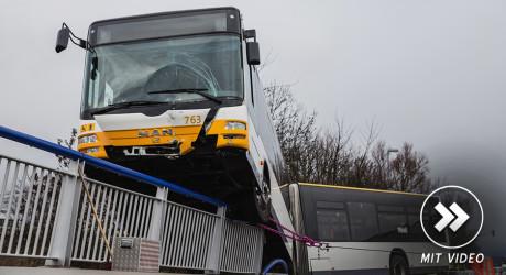 Bus drohte nach Zusammenstoß mit Pkw von der Autobahnbrücke zu stürzen