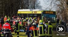 Großübung: Schulbus kollidiert mit zwei Kleinwagen