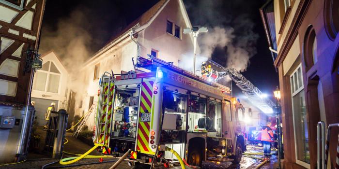 Aufwändige Löscharbeiten: Fachwerkhaus steht in der Eppsteiner Altstadt in Flammen