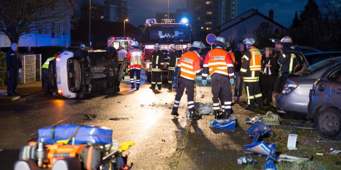 Auto fährt in Bushaltestelle und parkende Autos – vier Verletzte in Geisenheim