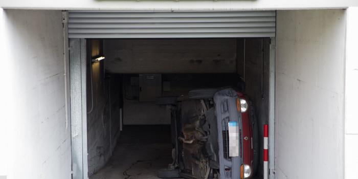 Auto überschlägt sich in Tiefgaragenausfahrt
