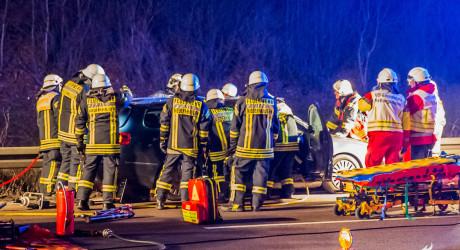 Schwerer Unfall auf A3: PKW kollidiert mit LKW-Reifen