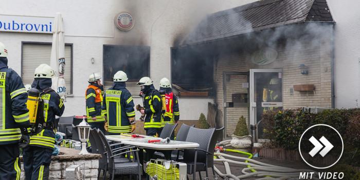 Feuerwehr rettet vier Personen aus brennendem Hotel in Hofheim-Wallau