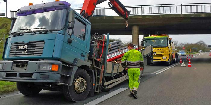 Rüsselsheim: Lastwagen kollidiert mit Autobahnbrücke