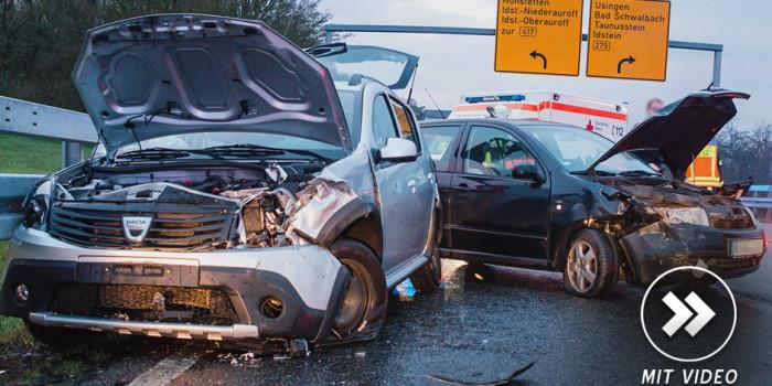 Zwei Kleinwagen auf regennasser Autobahnzufahrt zusammengeprallt