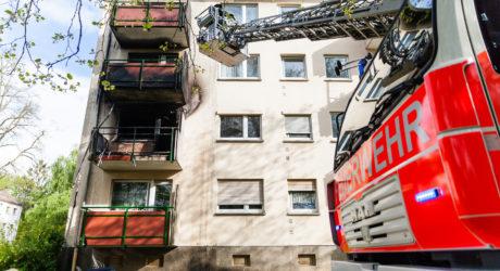 Feuer auf Balkon greift auf Wohnung über