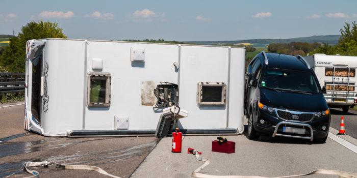 Langer Stau auf der A3 nach umgestürzten Wohnwagen bei Idstein