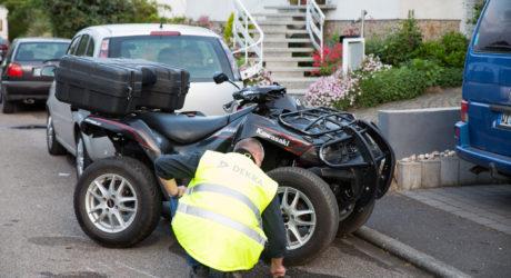 Ohne Helm und zu viert auf Quad: Familie bei Unfall schwer verletzt