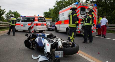 Motorradfahrer stürzt an Stauende