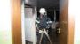 Bewohner löscht Küchenbrand mit Wandhydranten – Schwer verletzt