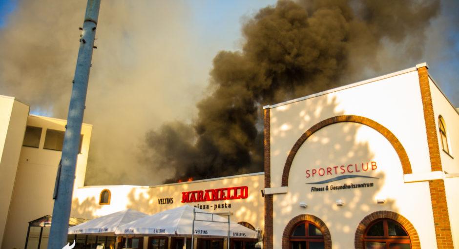 Großbrand in Rüsselsheim: Tennis- und Soccerhalle in Flammen
