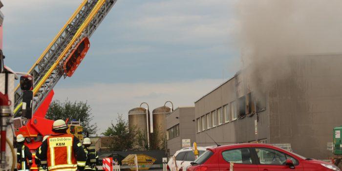 Lagerhalle in Flammen
