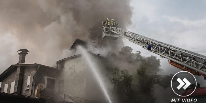 Dachstuhl in Kettenbach geriet nach Blitzeinschlag in Brand