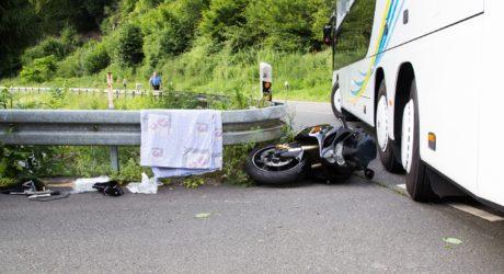 Kollision zwischen einem Reisebus und einem Motorrad auf der B54