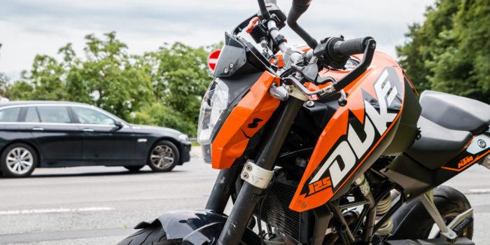 Junger Motorradfahrer bei Verkehrsunfall verletzt