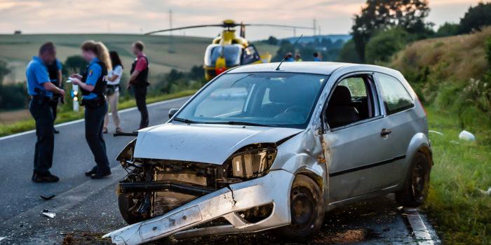 Pkw prallt auf der B8 bei Waldems gegen Erdwall – Schwer verletzt