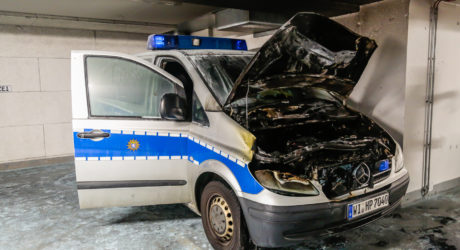 Streifenwagen fängt in der Tiefgarage des 1. Polizeireviers Feuer