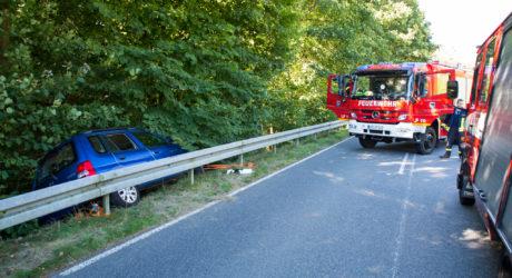 Auto landet hinter Leitplanke – Feuerwehr befreit Fahrer