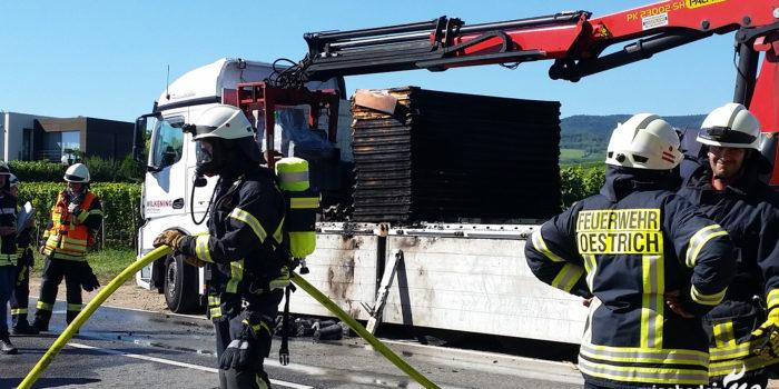 Lkw-Brand auf Umleitungsstrecke der B42 bei Oestrich-Winkel