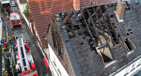 Zwei Verletzte bei Dachstuhlbrand – Enge Bebauung fordert die Feuerwehr