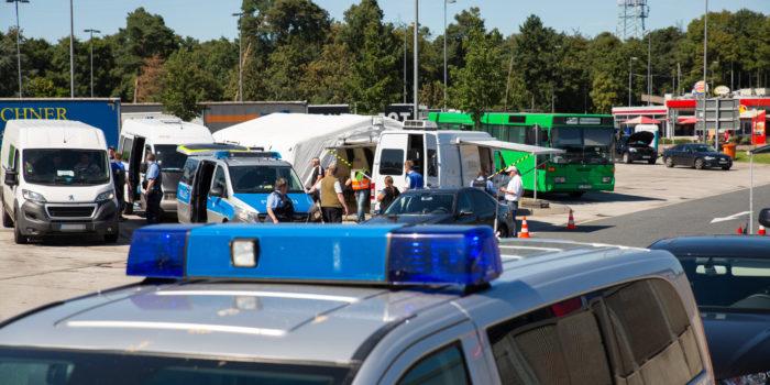 Großkontrolle der Polizei an der A5 – 14 Personen vorläufig festgenommen