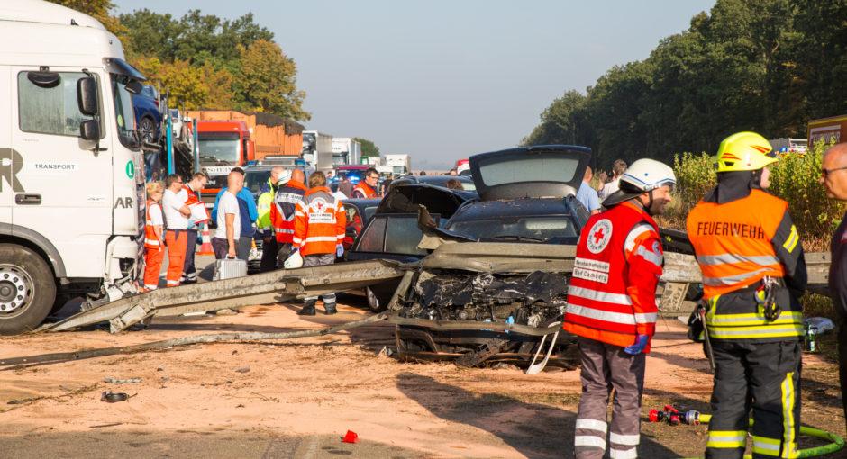 Lkw schleudert nach Unfall durch Mittelleitplanke – 14 Verletzte auf der A3