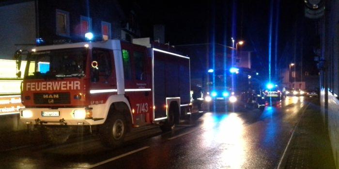 Kaminbrand breitet sich auf Wohnung aus – Rauchmelder alarmiert Nachbarn