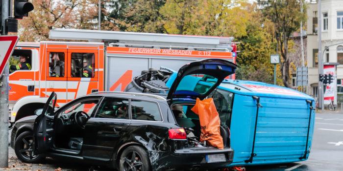 Kleinbus landet nach Unfall auf der Seite