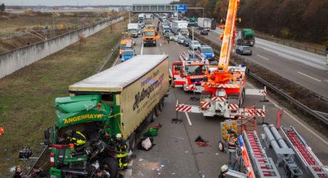 Schwerer Lkw-Auffahrunfall auf der A3 Höhe Flughafen – Fahrer schwer eingeklemmt